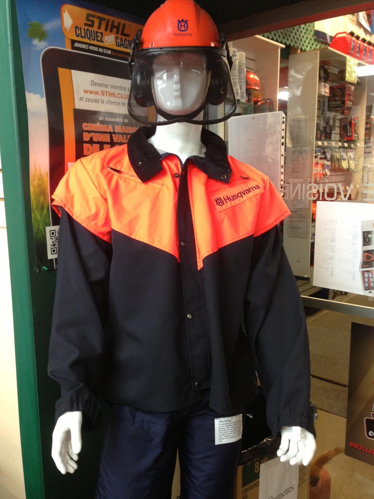Manteau qui protège contre les «kick-back» de scie à chaîne